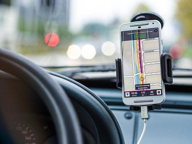 Avtomobilski nosilec za telefon – uporabna rešitev za varno vožnjo